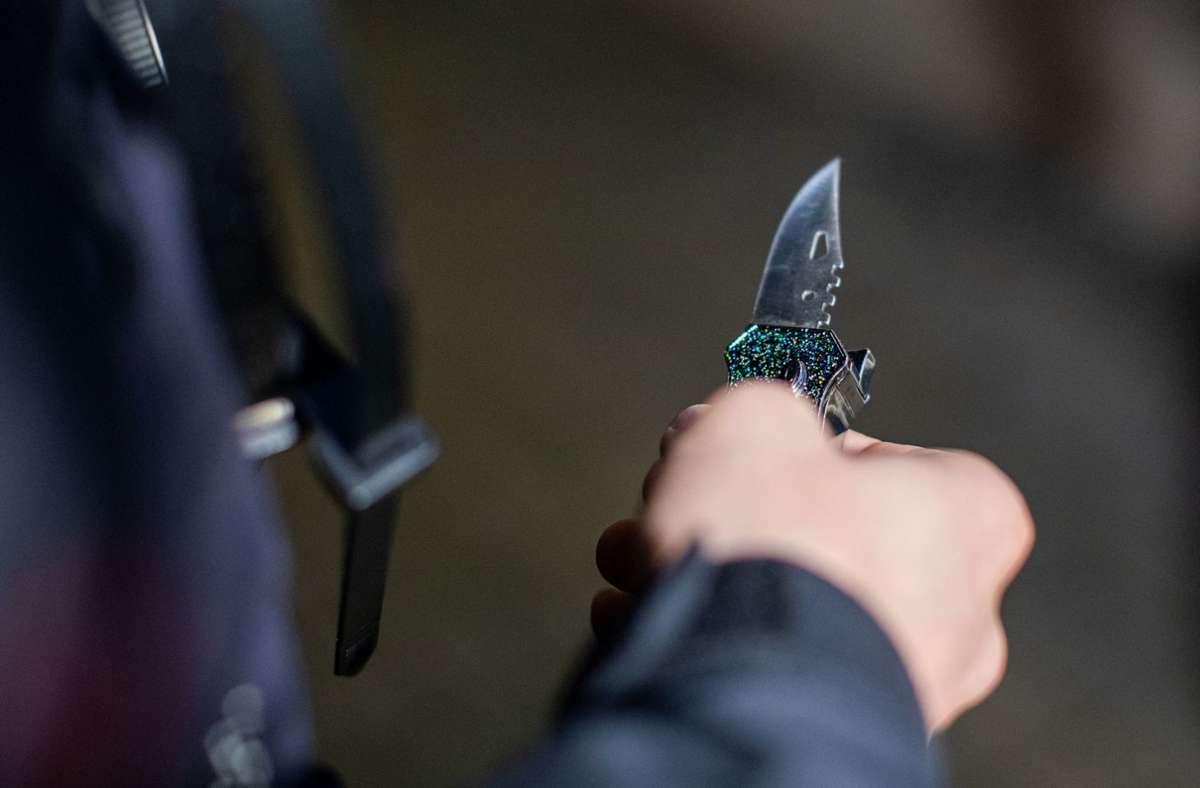 Ein 21-Jähriger wurde am Oberschenkel mit einem Messer verletzt (Symbolbild). Foto: dpa/Christoph Reichwein