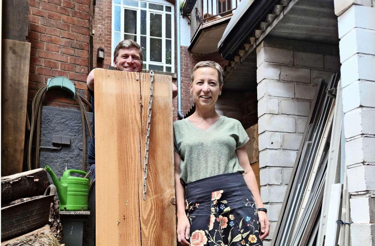 Judith Mühlbach und Felix Bohne bedauern, dass sie die beiden Bänke, die jahrelang  auf dem Gehweg standen Foto: Kathrin Wesely