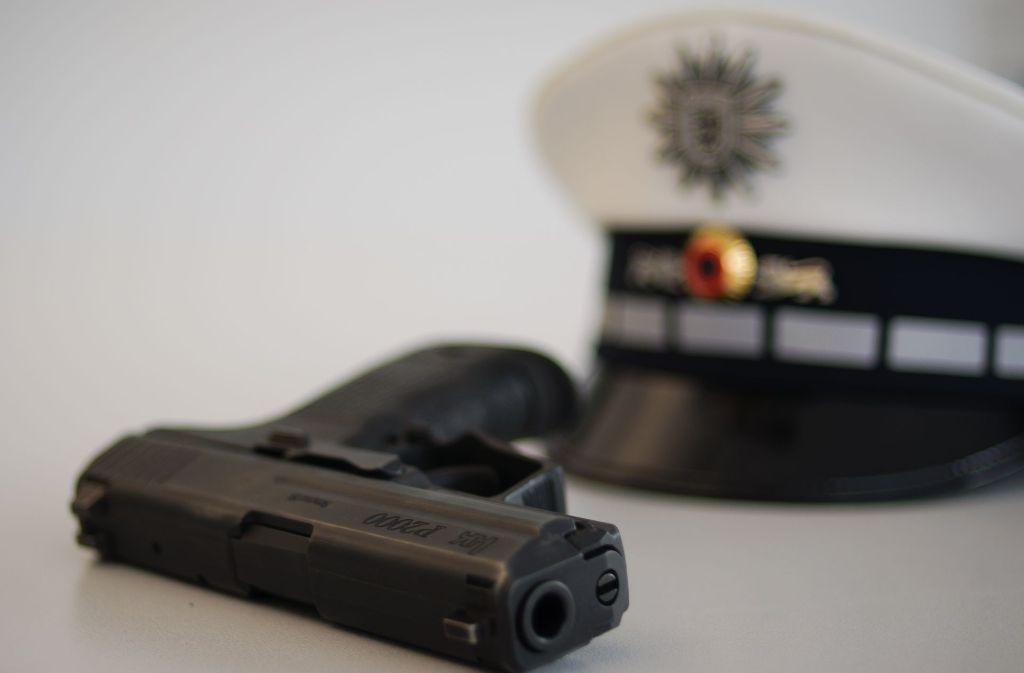 In Waiblingen hat ein Mann versucht, einer Polizistin die Dienstpistole wegzunehmen. (Symbolbild) Foto: Archiv (geschichtenfotograf.de)