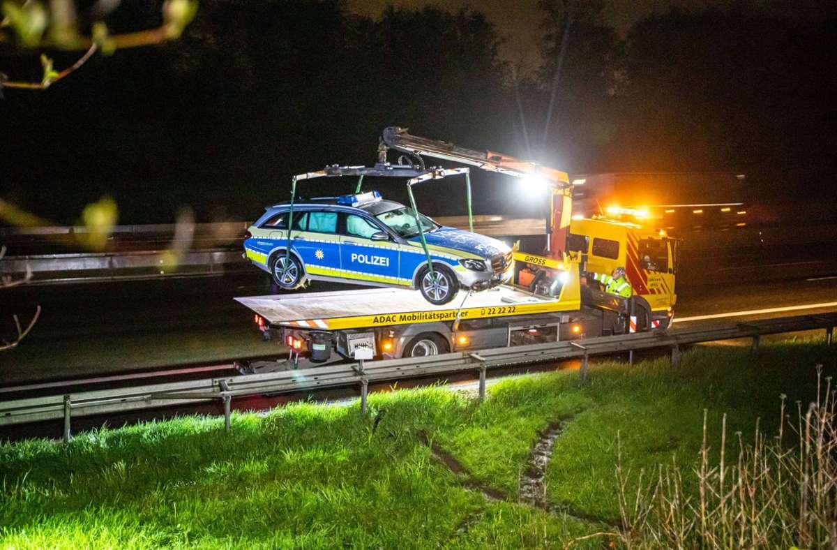 Der Streifenwagen der Polizei musste abgeschleppt werden. Foto: 7aktuell.de/Simon Adomat