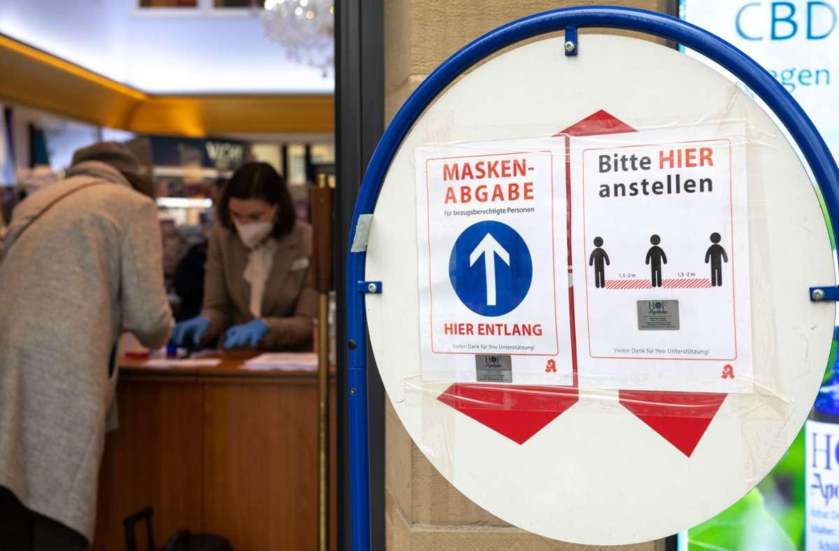 Im Dezember konnten ältere Menschen drei FFP-2-Masken kostenlos in der Apotheke abholen. Foto: Lichtgut//Leif Piechowski