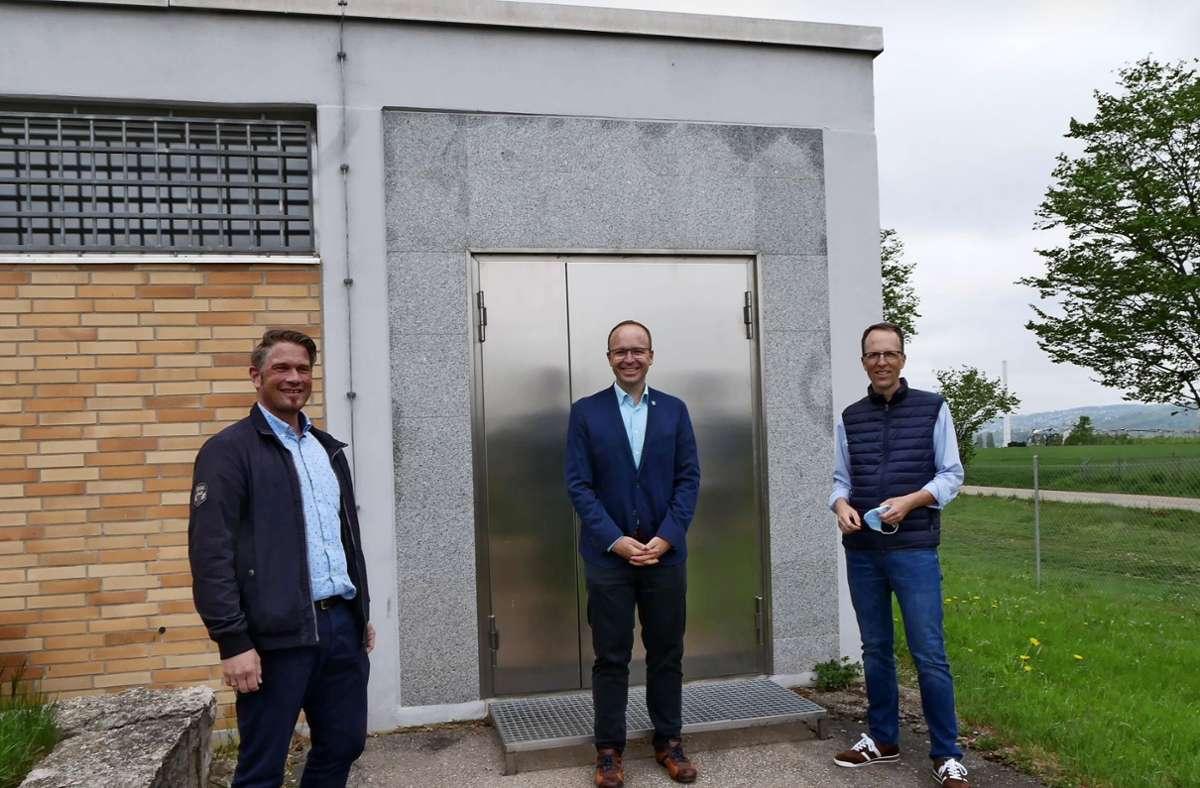 Jörg Eckert von den Stadtwerken Esslingen, der Köngener Bürgermeister Otto Ruppaner und der Ortsbaumeister Oliver Thieme (von links) wissen, wie wichtig der Hochbehälter Egert für die Wasserversorgung der Gemeinde ist. Foto: Kerstin Dannath