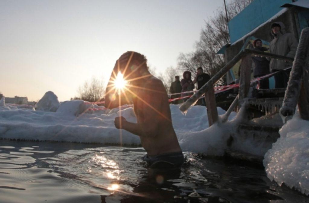 Das Eintauchen  in eiskaltes Wasser muss gut trainiert werden. Foto: dpa