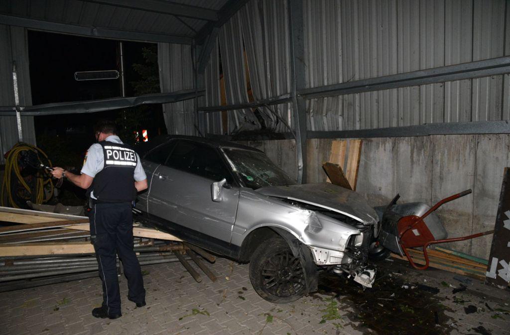 Bei einem illegalen Autorennen verunglückte eine 18-jährige Audi-Fahrerin. Sie fuhr in einer Kurve geradeaus über eine Grünfläche und durch die Blechwand einer Lagerhalle. In der Lagerhalle prallte das Fahrzeug gegen eine Betonwand und kam dort zum Stehen. Foto: dpa