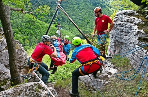 Das sogenannte Zweibein ermöglicht – wie hier bei der Übung am Stellfelsen – die Bergung verletzter Personen selbst aus extremen Steillagen. Foto: Horst Rudel