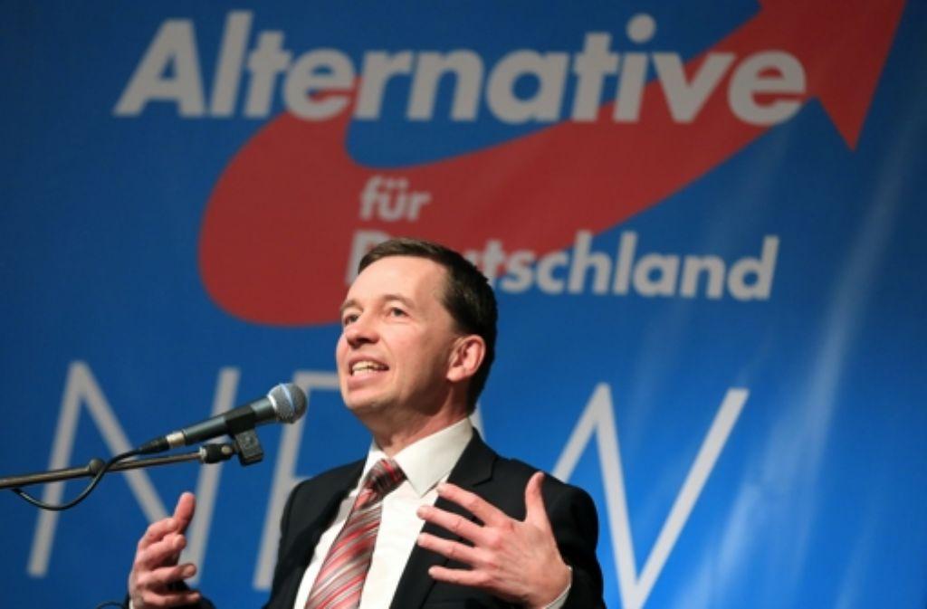 """Bernd Lucke – hier auf einem Parteitag in Kamen – ruft alle Anhänger des wirtschaftsliberalen Kurses in der AfD auf, seiner Initiative """"Weckruf 2015"""" beizutreten. Foto: dpa"""