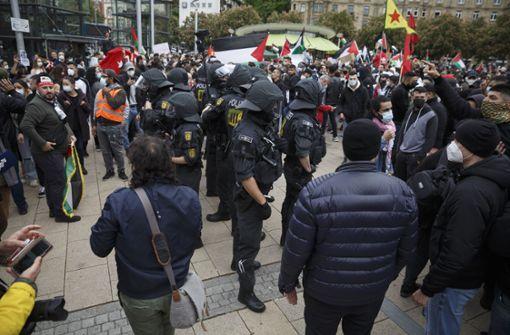 Demonstranten verschiedener Gruppen geraten aneinander