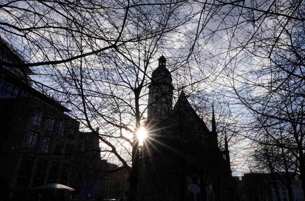 Die Sonne strahlt an der Leipziger Thomaskirche – wo die  Johannespassion unter Ausschluss der Öffentlichkeit, aber mit Livestream gegeben wurde. Foto: dpa/Sebastian Willnow