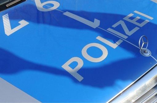Polizei umstellt Haus und nimmt Verdächtige fest
