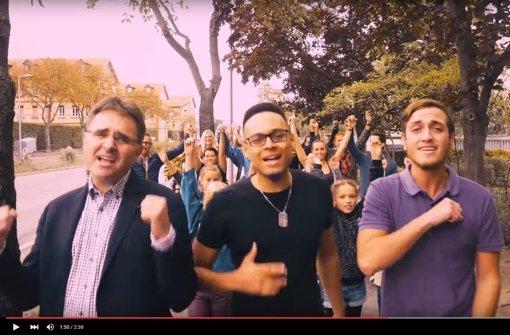 Der SPD-Abgeordnete Stefan Fulst-Blei (links) stellt im Video seine Sangesqualitäten unter Beweis. Foto: Screenshot Youtube