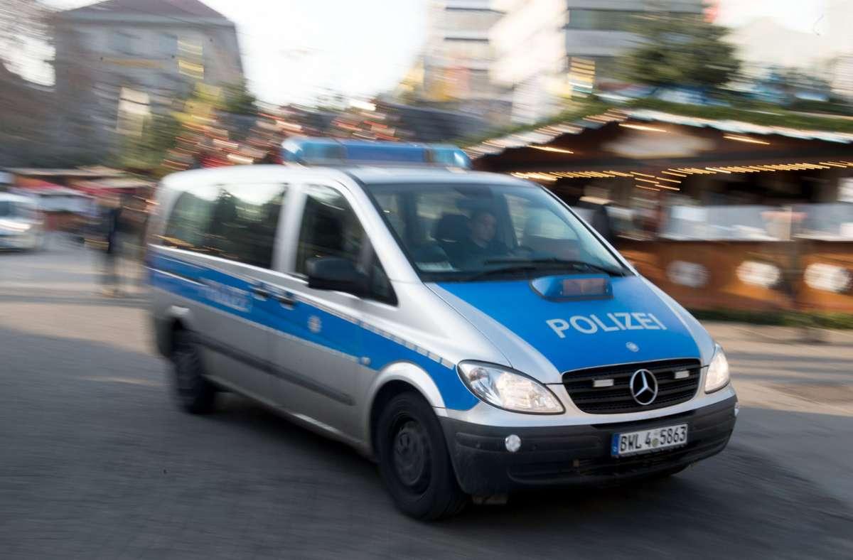 Polizei- und Rettungswageneinsatz am Oberen See in Böblingen, nachdem zwei Männer einen anderen körperlich angreifen und verletzen Foto: dpa/Lino Mirgeler