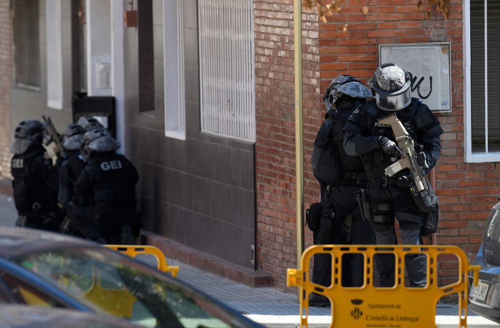 Die Wohnung des Mannes wird mit Sprengstoffexperten und Spürhunden durchsucht. Foto: AFP