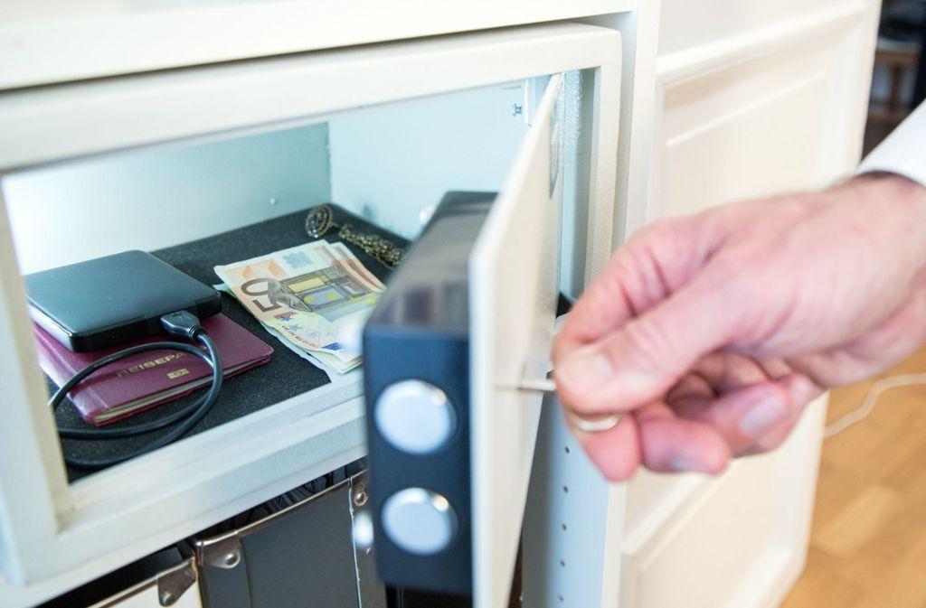 Den kleinen Tresor und  darin befindliche persönliche Dokumente warf der Dieb weg. Das Bargeld nahm er indes mit. (Symbolbild) Foto: dpa