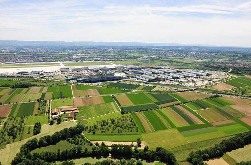 Konfliktfeld aus der  Vogelperspektive: Der Flughafen und die Äcker der Landwirte, die eine weitere Versiegelung der Kulturlandschaft Filder befürchten. Foto: TY-Oerny Lunke