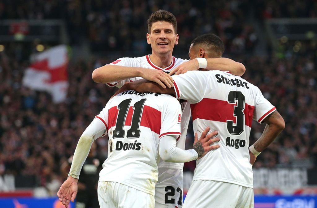 VfB-Stürmer Mario Gomez kann im Spiel gegen den FC Augsburg bei den Fans nicht überzeugen. Foto: Pressefoto Baumann