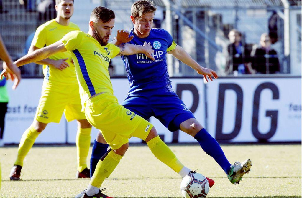 Das Ergebnis stimmte für Tobias Feisthammel (re., gegen Anthony Decherf vom SV Oberachern) und die Kickers zum Punktspielauftakt 2019: Die Blauen gewannen gegen Oberachern mit 1:0. Foto: Baumann