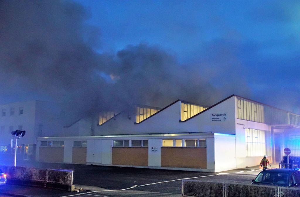 Dicke Rauchwolken standen über der Lagerhalle. Foto: SDMG