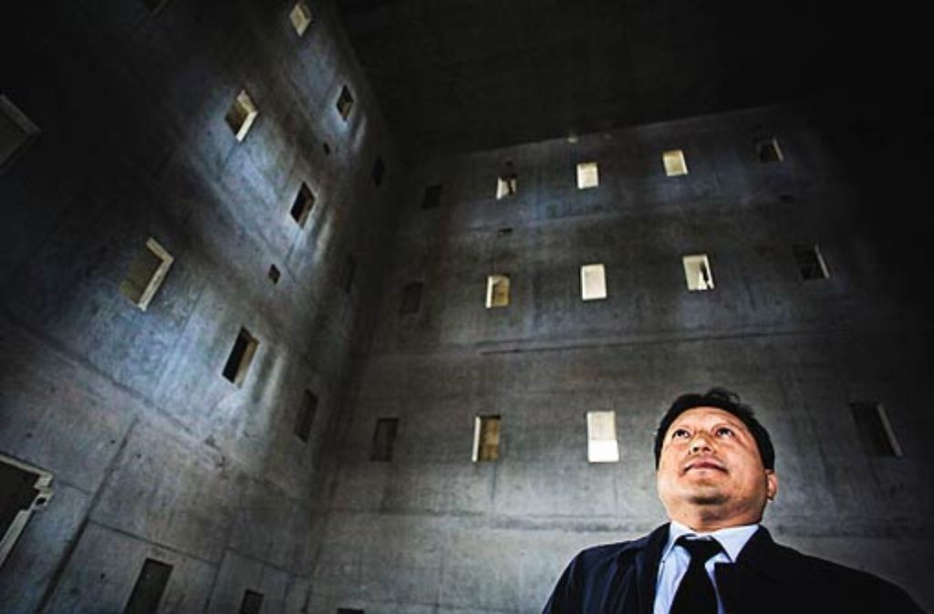 Der Architekt Eun Young Yi betrachtet den Innenraum der Stadtbücherei. Foto: Heiss
