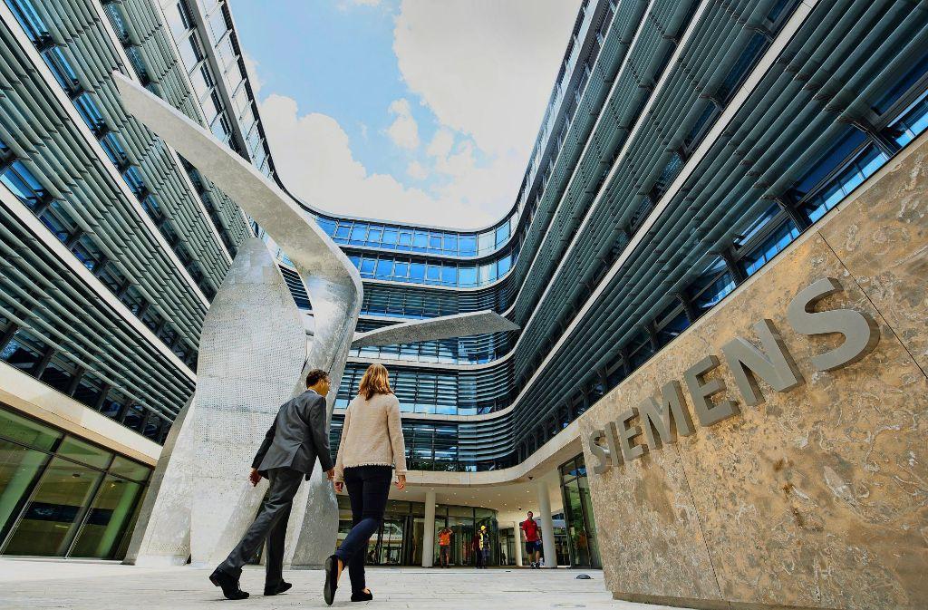 """Die Skulptur """"The Wings"""" des Star-Architekten Daniel Libeskind vor der Münchner Siemens-Zentrale: Der Konzern investiert für seinen Umbau zum Digitalunternehmen Milliarden. Foto: dpa"""
