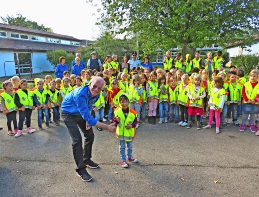 Neue leuchtende Westen: Da strahlen der  MSC-Vorsitzende Max Haslbeck und  die Kinder Foto: Marcellina Weishaupt