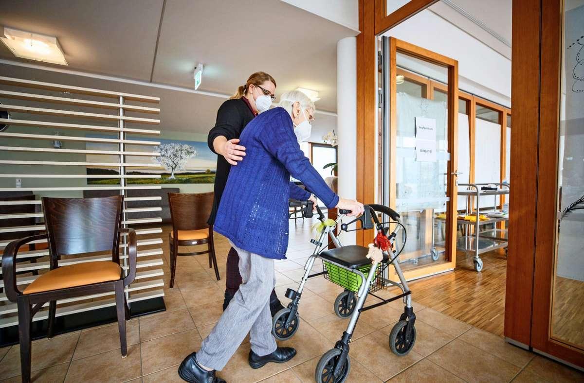 Ein Senior in einem Alfdorfer Pflegeheim auf dem Weg zum Impftermin Foto: Gottfried Stoppel