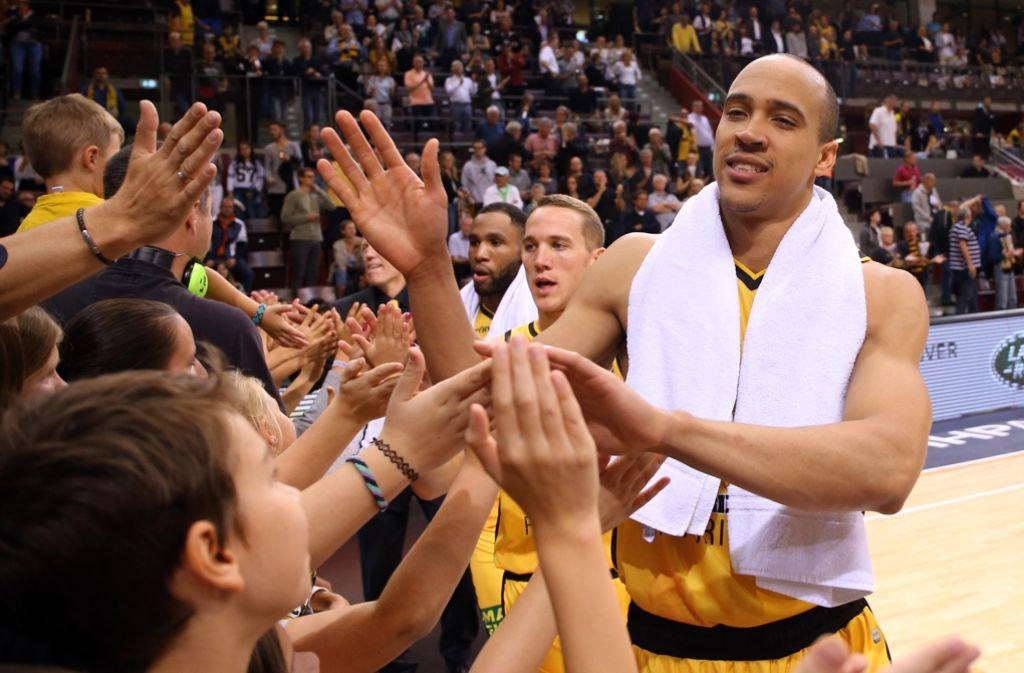 Ludwigsburgs Basketballfans feiern ihre Riesen. Foto: Baumann