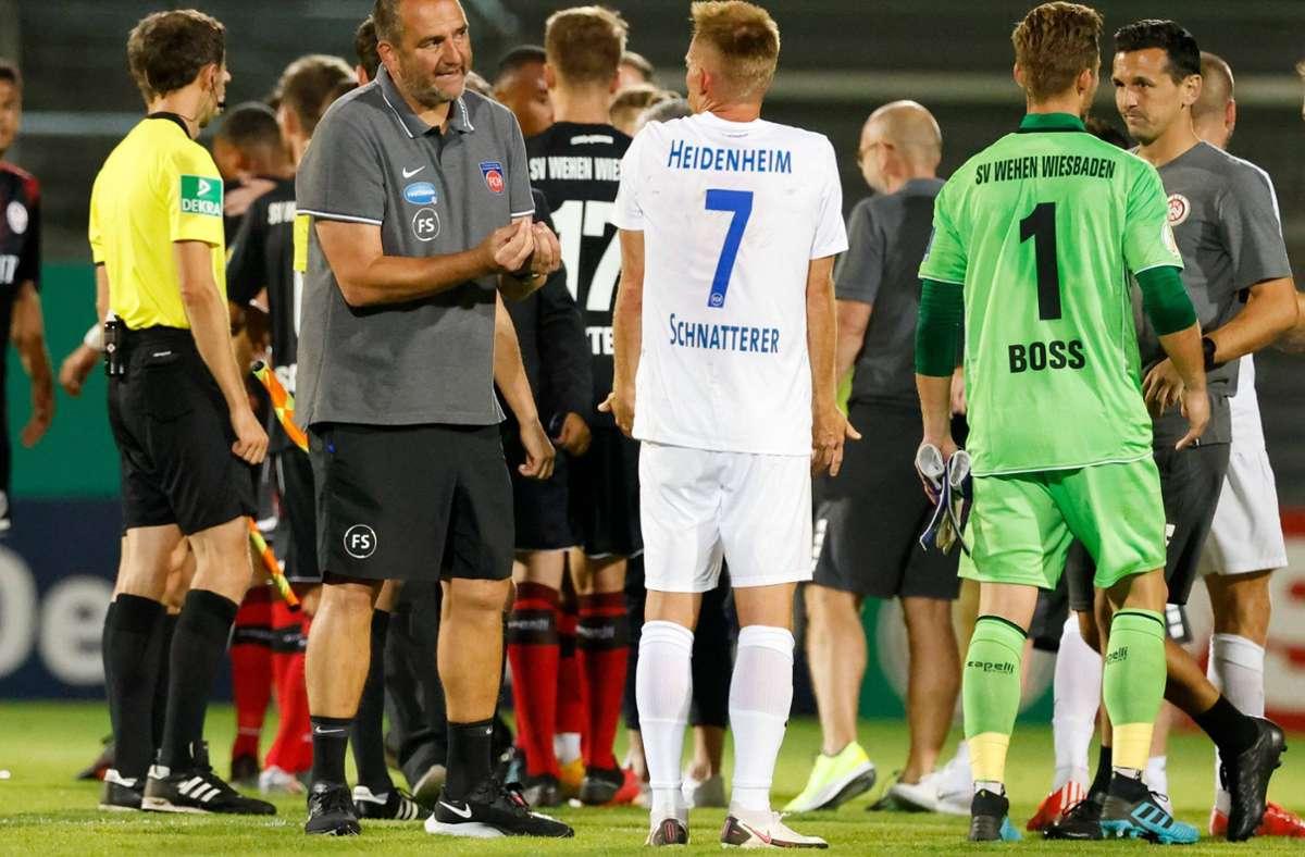 Denkbar schlechter  Pflichtspielstart: Trainer Frank Schmidt diskutiert mit seinem Kapitän Marc Schnatterer nach dem DFB-Pokal-Aus in Runde eines beim SV Wehen Wiesbaden. Foto: imago/Jörg Halisch