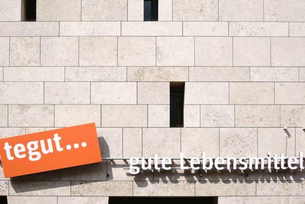 """Der Supermarkt für gute Lebensmittel """"tegut…"""" sucht für Filialen in Stuttgart und Fellbach Mitarbeiter. Foto: Shutterstock/Bastian Kienitz"""