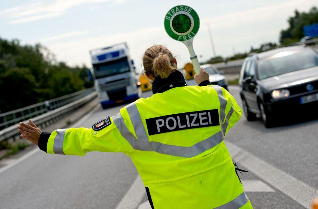 Ein müder Lkw-Fahrer rief die Polizei auf den Plan. Foto: dpa/Sven Hoppe