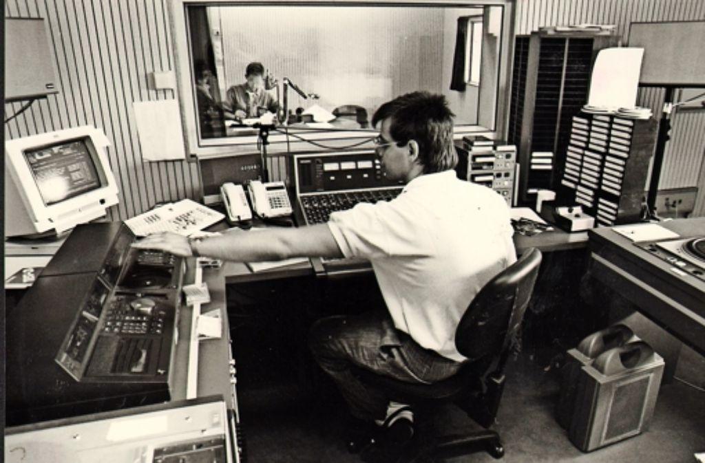 Knöpfe, Regler und Kassetten: So sah 1989 das Antenne-1-Studio aus. Foto: Wilhelm Mierendorf