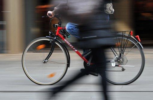 Radfahrer reißt Frau Handy aus der Hand