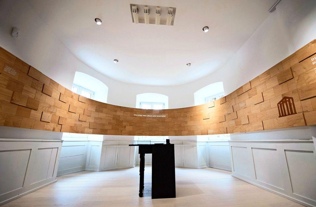 Das Holz in diesem Zimmer der neuen Ausstellung erinnert daran, dass zu Hölderlins Zeiten in dem Raum eine Schreinerwerkstatt untergebracht war – und dass der Dichter auch auf Holz schrieb, wenn es an Papier mangelte. Foto: dpa/Tom Weller