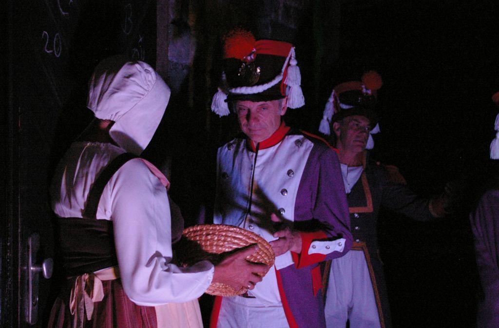 Begegnungen des Volks mit dem Militärwerden zum Ortsjubiläum in Szene gesetzt – so wie auf diesem Foto, das während der 700-Jahr-Feier von Harthausen im Jahr 2011 entstanden sind. Foto: Archiv Alexandra Kratz