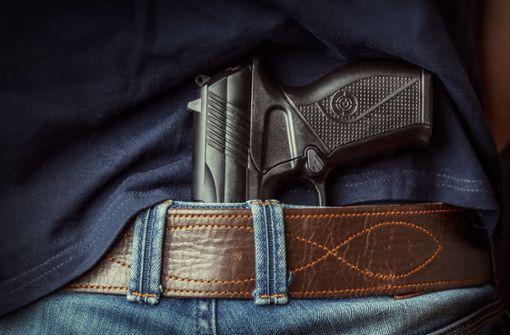 Bewaffneter erbeutet Geld und Alkohol