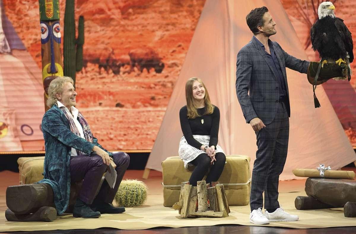 """Thomas Gottschalk  (sitzend) mit Gästen in der Sendung """"Gottschalk holt's nach"""". Foto: obs/Stefan Gregorowius"""