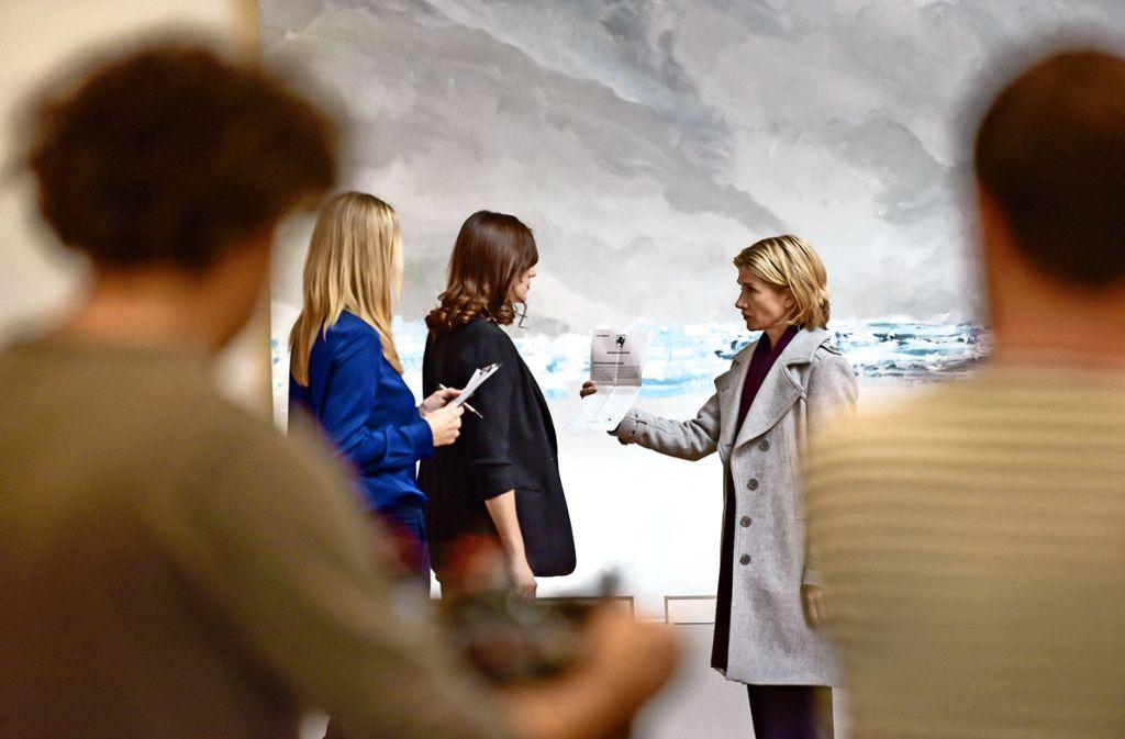 Ein Maler wurde ermordet: Astrid M. Fünderich (rechts) ermittelt als Hauptkommissarin Martina Seiffert in der Staatsgalerie Stuttgart. Foto: Lichtgut/Max Kovalenko