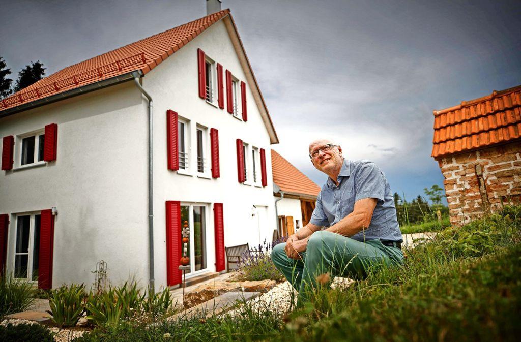 Johannes Fuchs und sein Bauernhaus bei Iggingen – Zeit zum Ausruhen bleibt kaum, fast immer wird geschafft. Foto: Gottfried Stoppel