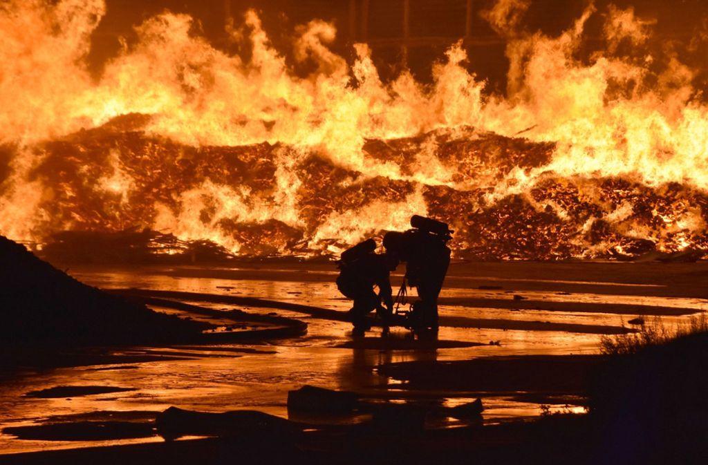 Ein Großbrand auf einem Wertstoffhof in Wiesloch hat die Feuerwehr beschäftigt. Foto: dpa/Julian Buchner