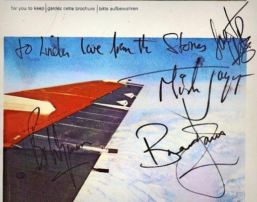 """Nur Keith Richards fehlt: Die Rolling Stones verewigten sich 1965 auf einer Bordzeitung.Stolze 2,4 Millionen Euro für den """"Wigalois mit dem Rade"""", um 1420 Foto: Antiquaria Ludwigsburg, Antiquariatsmesse Stuttgart"""