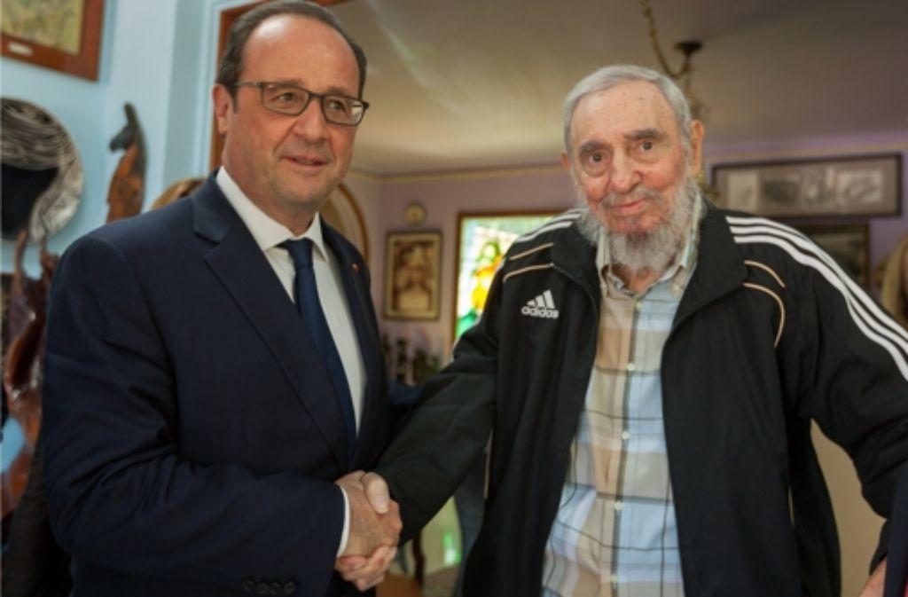 """Staatschef François Hollande (links) besucht den 88-jährigen einstigen Revolutionsführer Fidel Castro – """"einen Mann, der Geschichte geschrieben hat"""" und """"der noch immer viel zu sagen hat"""", wie der Präsident später ehrfürchtig sagt Foto: dpa"""