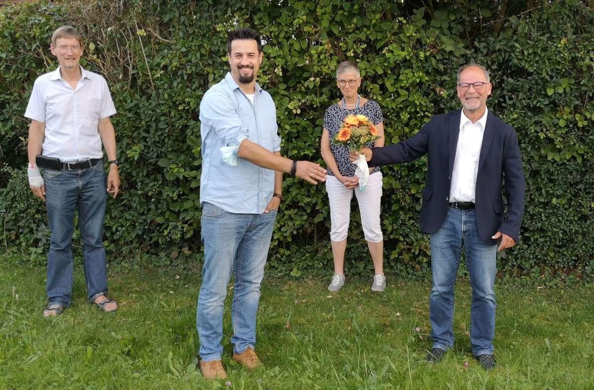 Andreas Senn (vorne rechts) begrüßt seinen Nachfolger Vladimir Lukic. Foto: Dekanat BB