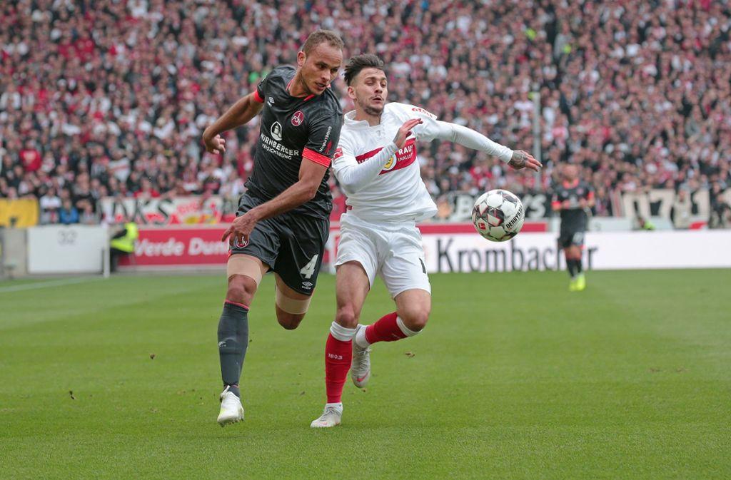 Eine sinnbildliche Szene für ein hart umkämpftes Spiel, am 6. April 2019, in dem sich der VfB und der 1. FCN nichts schenken und sich 1:1 trennen. Foto: Baumann