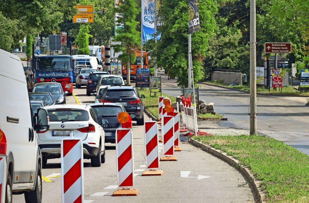 Die Frankfurter Straße bleibt bis Ende der Baustelle im September zweispurig. Der neue Blitzer soll auch danach dazu beitragen, den Straßenlärm zu mindern. Foto: factum/Granville