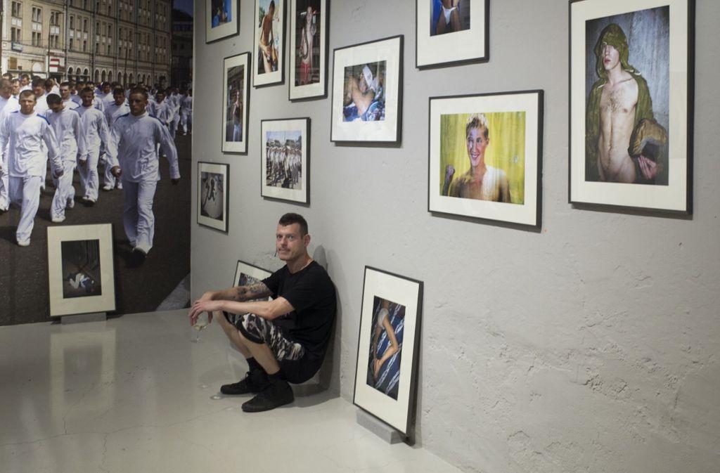 """Slava Mogutin zeigt seine """"Lost Boys""""  in der Galerie Kernweine in Stuttgart. Foto: Anna-Lena Reulein/Galerie Kernweine"""