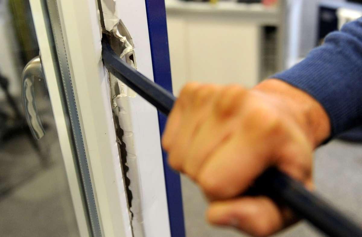 Ein Mann hat versucht in ein Lokal in der Bahnhofsstraße einzubrechen (Symbolbild). Foto: dpa/Franz-Peter Tschauner