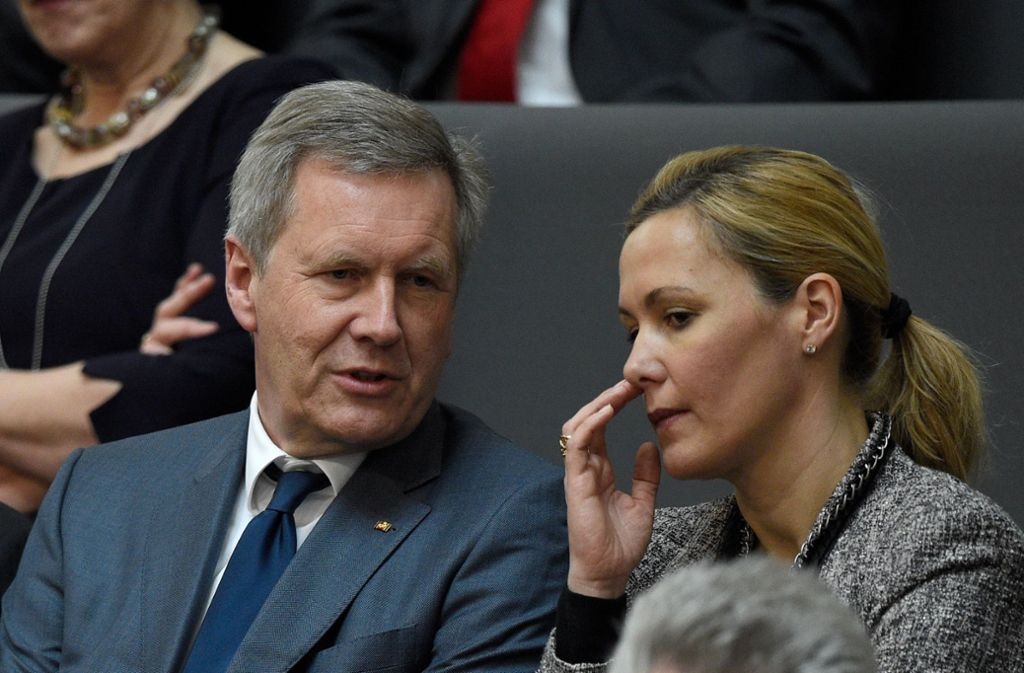 Bettina Wulff sitzt mit ihrem Ehemann Christian zur Wahl des neuen Bundespräsidenten  im Feburar 2017 in Berlin im Plenarsaal des Reichstagsgebäudes. Foto: dpa