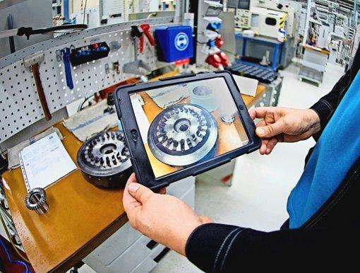 Beim Antriebsspezialisten Wittenstein  in Fellbach wird ein Werkzeug digital dokumentiert: Produktion  und Datenwelt verschmelzen immer mehr. Auch das produzierende Gewerbe braucht deshalb  zusätzliche  IT-Kompetenz, wenn es auf dem Weltmarkt  bestehen will. Foto: dpa