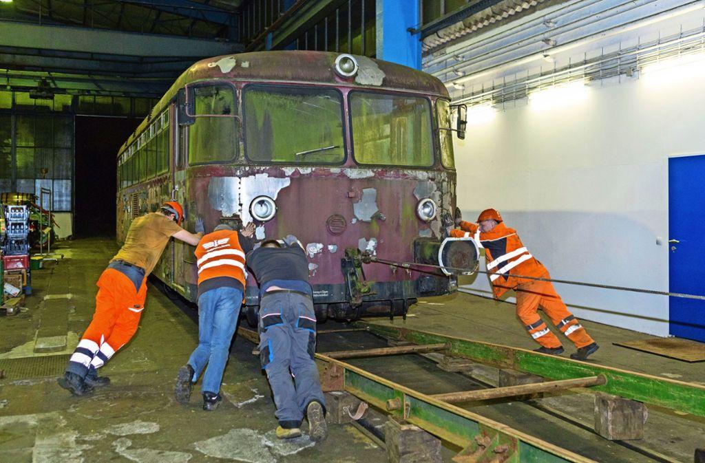 Hier ist Muskelkraft gefragt: Mitglieder des Fördervereins Schienenbus drücken den 25-Tonnen-Zug auf die Gleise. Foto: Christian Mateja