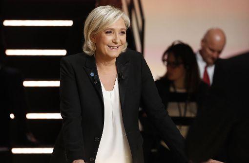 Die französische Rechtspopulistin Marine Le Pen lächelt während einer Fernsehdiskussion in Aubervilliers bei Paris. Die fünf führenden Kandidaten der kommenden Präsidentschaftswahl trafen sich zu einer ersten Debatte. Foto: AFP POOL