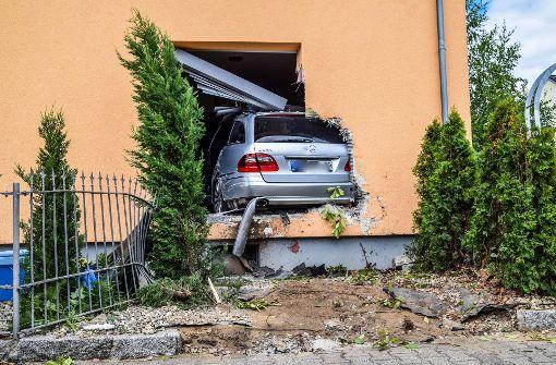 Mercedes kracht in Haus und landet im Esszimmer